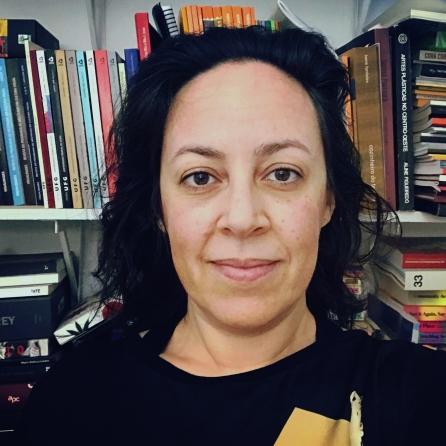 1) Autobiografia e Decolonialidade nas Práticas Artísticas Contemporâneas, linha de pesquisa coordenada pela professora Dra. Manoela dos Anjos Afonso Rodrigues (FAV/UFG)